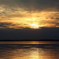 На холсте небесно-водном бронзовый закат :: Татьяна Ломтева