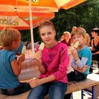 Мороженка всегда вкусная и сближает) :: Екатерина Василькова