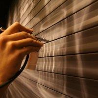 Рим Умяров в Тема Баре, рисует на рольставнях :: Григорий Сальников