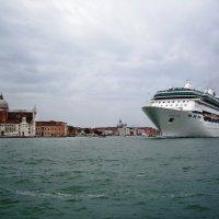 Круизный лайнер в Венеции :: михаил кибирев