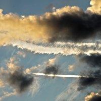 облака и инверсионные следы :: Дмитрий Симонов
