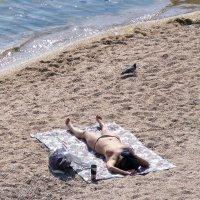 Одна, голубь, солнце и море :: Александр Скамо