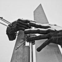 Памятник чернобыльцам-ликвидаторам :: Виталий Острецов