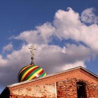 Плывут седые облака над куполами :: Татьяна Ломтева