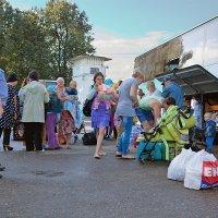 Украинские беженцы, пересадка в автобусы :: Анатолий Тимофеев