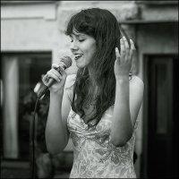 На улице. Женщина, поющая джаз. :: Валентин Яруллин
