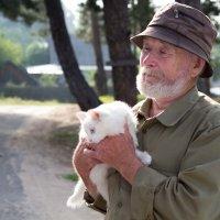 Дед с кошкой :: Елена