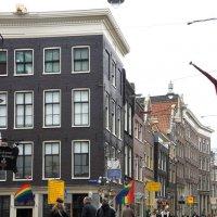 Радужный флаг ЛГБТ-сообщества повсюду в Амстердаме :: Елена Смолова