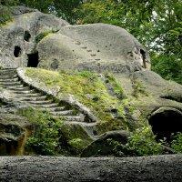 В предгории Карпат скальный монастырь , 13 век :: Юрий Гординский