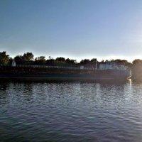 "Баржа проплывающая по реке ""Дон"" :: Татьяна Королёва"