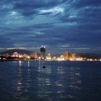 Нячанг. Ночной рыбак :: Сергей Карцев