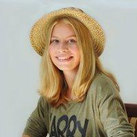 Соломенная шляпка :: Natalya Knizhnikova