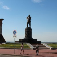 Памятник Чкалову. Набережная :: leoligra