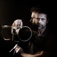 Портрет фотографа, поворачивающего моноблок влево. :: Дмитрий Багдасарьян