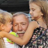 Наш дедушка самый добрый и самый сильный :: Николай Сапегин