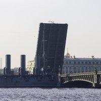 Аврора проходит разведенный Троицкий мост :: Sergey Lebedev