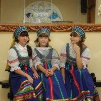3 девицы под окном ... :: Людмила Мозер