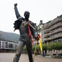 Монтрё. На Рыночной площади. Статуя Фредди Меркюри, легендарного солиста группы Queen :: Елена Павлова (Смолова)