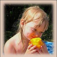 Девочка с персиком. :: Ирина Нафаня