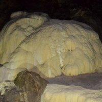 Известняковый утёс в пещере :: Владимир Болдырев