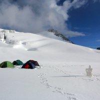 Бивуак на леднике Менсу :: Михаил Баевский