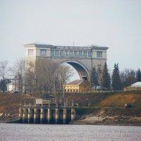 Шлюзовый канал Углической  ГЭС. Снимок  сделан  с  территории кремля :: Galina Leskova