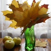 Композиция с кленовыми листьями :: Галина Медведева