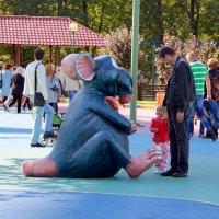 Папа, давай отнесем эту мышку нашему Ваське?? :: Tatiana Markova