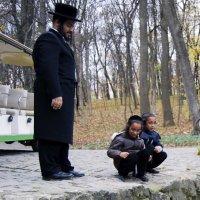 Хасид с детьми на прогулке :: Андрей Махнык