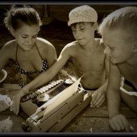 Молодое поколение изучает старое изобретение... :: Маргарита Брижан