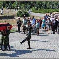 Мамаев курган.Захоронение останков советских воинов.. :: юрий сухинин