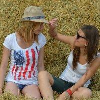 две девушки на сене :: Зоя Яковлева