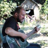 Мой друг играет и поёт. :: Сергей Касимов