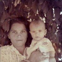 В надёжных маминых руках.   1949 г. :: Нина Корешкова