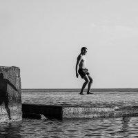 Прыжки с тенью... :: Андрей С