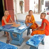 Лаос. Вьентьян. Троица монахов :: Владимир Шибинский