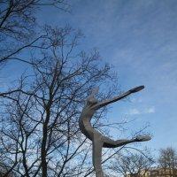 Памятник Марису Лиепе около Рижской Оперы :: Gennadiy Karasev