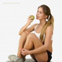 девочка с яблоком :: Александр Л