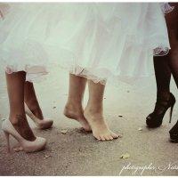 у невесты устали ножки целый день ходить на каблуках. :: Наталья Мерзликина
