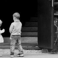 Дети  у ворот Храма.... :: Валерия  Полещикова