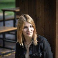 Маша, первые жёлтые листья :: Полина Суязова