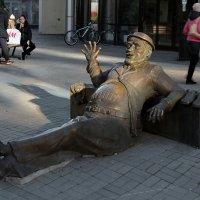 """Мужчина приветствует всех посетителей торгово-развлекательного центра """"Гринвич"""". :: Пётр Сесекин"""