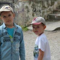 Дети на дворовой площадке :: Виктор Дилянян