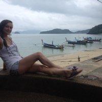 Моя жена на фоне лодочек. :: Александр Усатенко