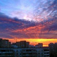 Рассвет над городом :: Юрий Савинский