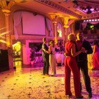 гости танцуют на свадьбе :: Сергей Величко