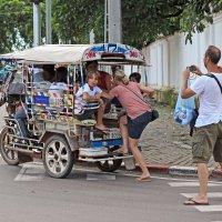 Лаос. Вьентьян. Европейские туристы (1) :: Владимир Шибинский