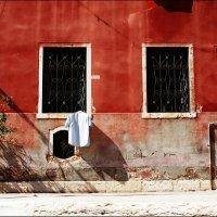 Белые флаги на красной улице :: Alex Sash