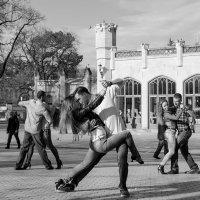 Танец страсти на улице Кисловодска :: Vik Vik