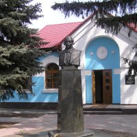 Памятник и музей Н. В. Гоголя в с. Великие Сорочинцы. :: Елена Збрицкая